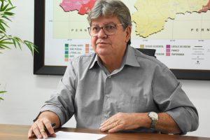 João Azevêdo durante transmissão, ao vivo, pelo Facebook, para anunciar restante da equipe de governo
